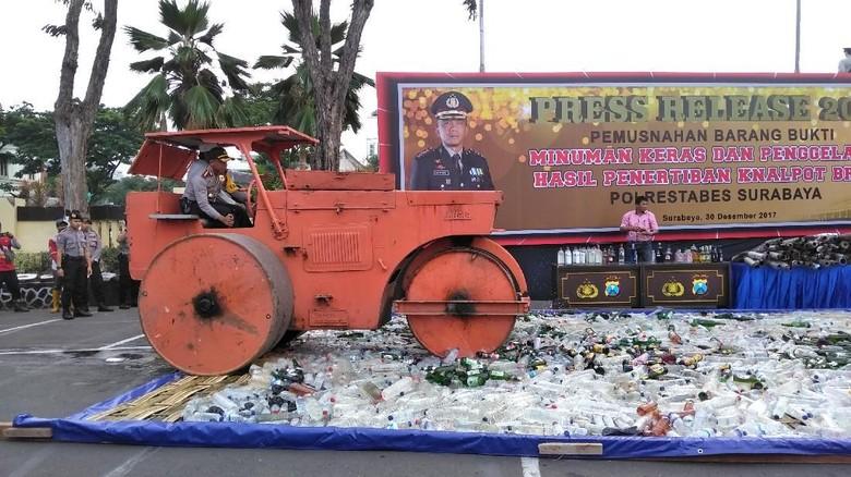Polisi Musnahkan Miras dan Knalpot Brong Hasil Razia di Surabaya