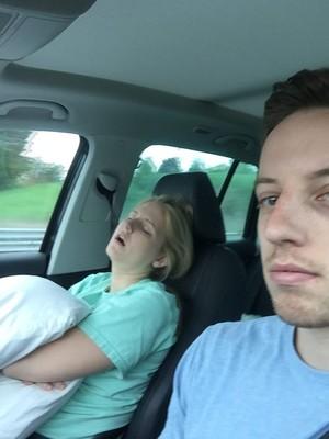 Tak Habis Ide, Pria Ini Ajak Selfie Istrinya yang Tidur