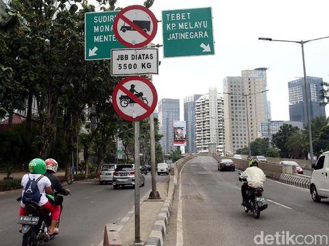 Polisi berjaga di ujung Jalan Layang Non Tol (JLNT) Kampung Melayu-Tanah Abang atau Casablanca. Sejumlah pemotor pun ditilang.