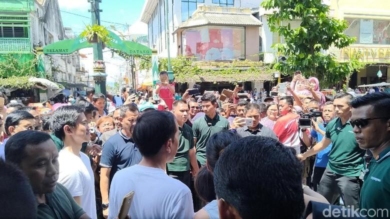 Saat Warga Foto Jokowi di Malioboro, Naik Bangku hingga dari Jendela