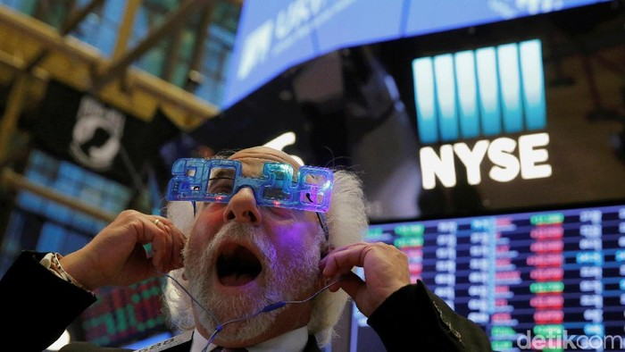 Traders work on the trading floor on the final day of trading for the year at the New York Stock Exchange (NYSE) in Manhattan, New York, U.S., December 29, 2017. REUTERS/Andrew Kelly