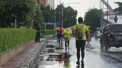 Meski dilanda hujan deras, para pelari tidak kenal lelah mengikuti lomba lari ultra marathon Tugu to Tugu sampai pergantian tahun.