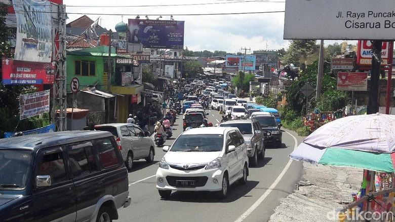 Arus lalu lintas di Jalan Raya Puncak, Bogor, Jawa Barat Foto: Farhan/detikcom