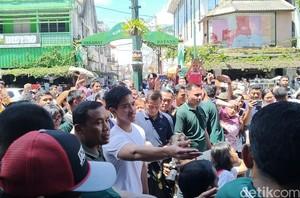 Gaya Kasual Kaesang Temani Jokowi Jalan-jalan di Malioboro