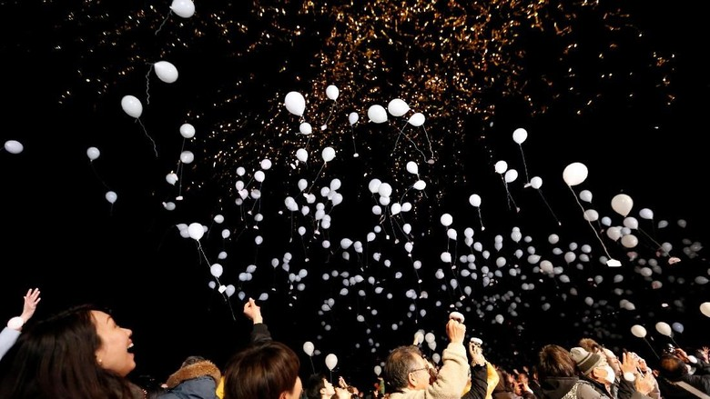 People release balloons as they take part in a New Year countdown event in celebrations to ring in 2018 in Tokyo, Japan January 1, 2018. REUTERS/Toru Hanai