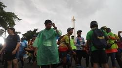 Ratusan pelari merayakan tahun baru dengan cara berbeda. Mereka saling adu kebugaran dalam lomba lari ultra marathon Tugu to Tugu: Chapter IV.