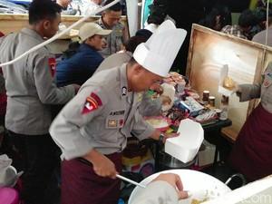 Sambut Tahun Baru, Polisi Bagikan Nasgor dan Kopi di Bandung