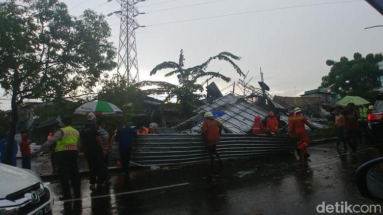 Atap Bangunan Roboh di Pramuka, Jalur Lambat ke Matraman Ditutup