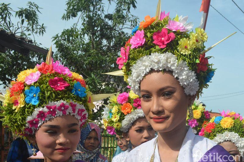 Inilah Tradisi Ngarot dari Desa Lelea, Kecamatan Lelea, Kabupaten Indramayu, Jawa Barat. Gadis-gadis muda berdandan cantik dengan bermahkotakan hiasan bunga yang menawan. (Sudirman/detikTravel)
