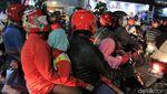 Warga Bandung Tumplek di Alun-alun untuk Rayakan Tahun Baru