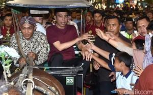 Gaya Santai Jokowi di Malioboro: Beli Sandal dan Naik Andong
