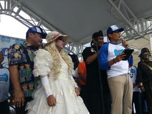 Momen Sandiaga Dipijat Saat Pidato di Depan Warga