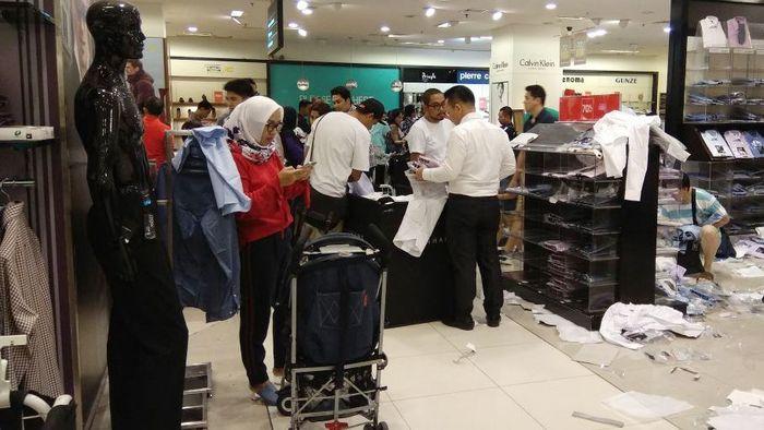 Barang yang dijual di Debenhams berantakan diserbu pembeli. Sebab, PT Mitra Adiperkasa Tbk (MAPI) memutuskan untuk menutup gerai terakhir Debenhams di Senayan City setelah 31 Desember 2017. Debenhams tidak ada lagi di Indonesia mulai 1 Januari 2018.
