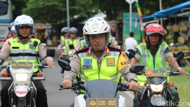 Kapolda Banten Brigjen Listyo Sigit Prabowo beserta jajaran mengecek keamanan di sepanjang jalur Pantai Anyer, Minggu (31/12/2017)