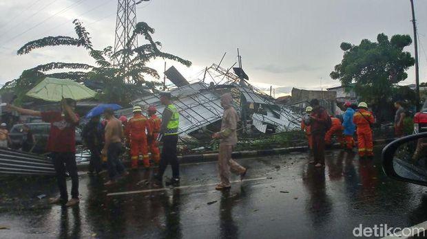 Atap bangunan roboh di Jl Pramuka, Jakarta, Minggu (31/12/2017)