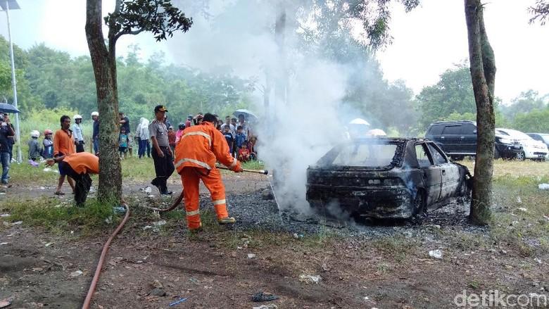 Mobil terbakar di parkiran Merapi Park, Sleman, Senin (1/1/2017). Foto: Ristu Hanafi/detikcom
