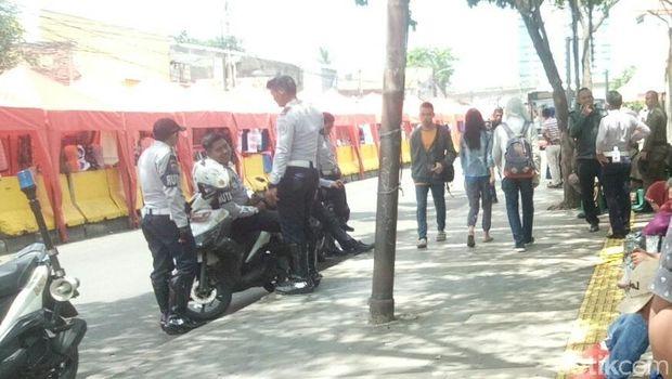 Dijaga Petugas, Trotoar Depan Stasiun Tn Abang Bersih dari PKL