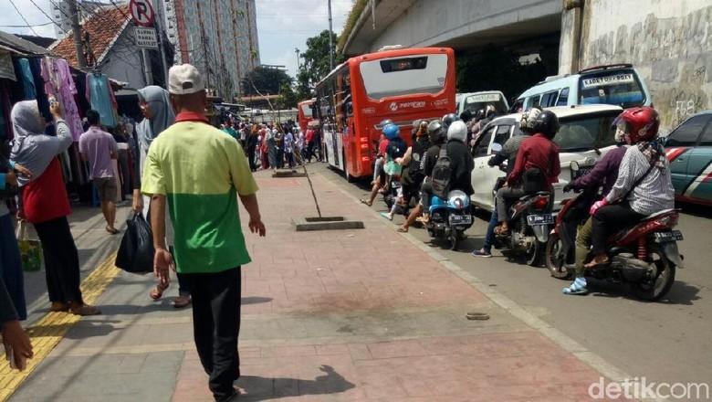 Dijaga Petugas, Trotoar Depan Stasiun Tanah Abang Bersih dari PKL