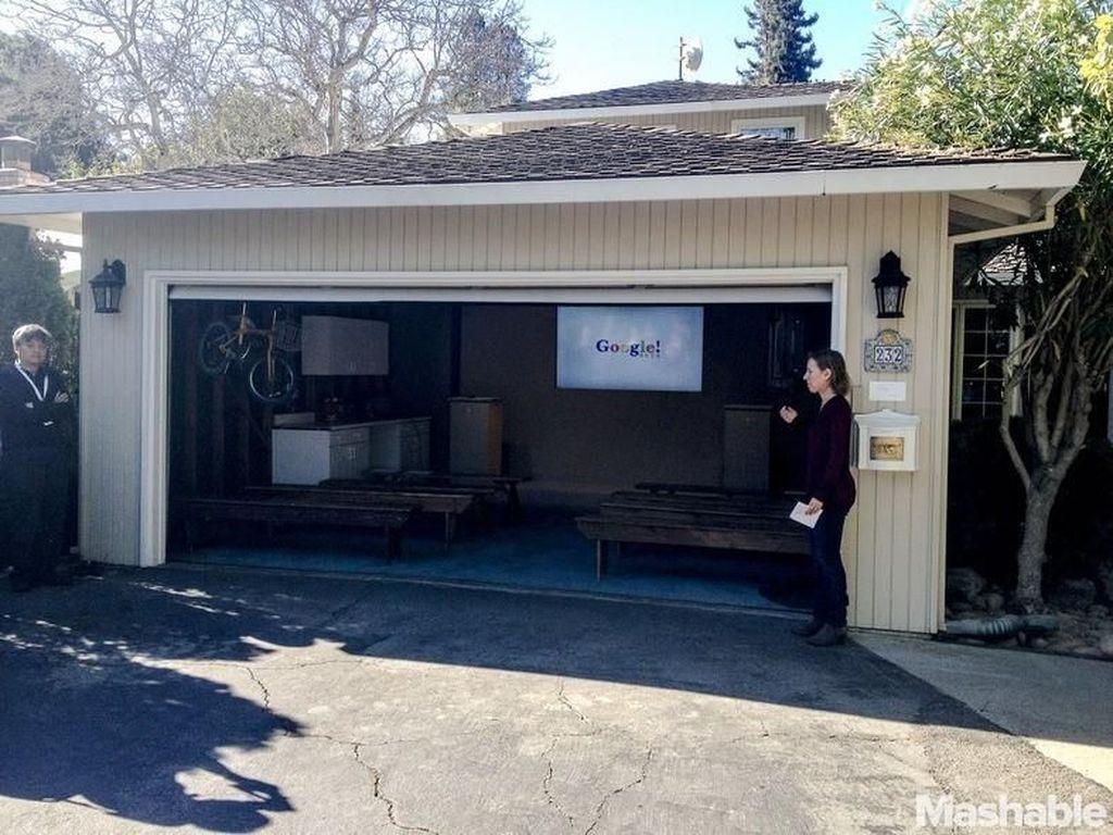Setelah lulus dari Stanford University, Larry Page dan Segey Brin menyewa garasi milik temannya, Susan Wojcicki pada September 1998. Mereka bekerja siang dan malam untuk mengembangkan Google. Foto: internet
