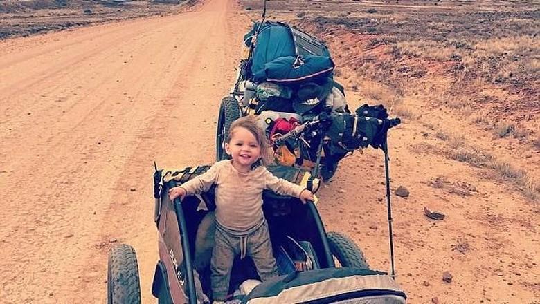 Orang tua yang lakukan perjalanan lintasi benua Australia sama bayinya umur 15 bulan