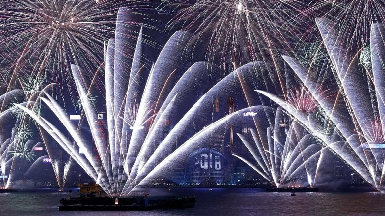 Fireworks explode over Victoria Harbour and Hong Kong Convention and Exhibition Centre during a pyrotechnic show to celebrate the New Year in Hong Kong, China January 1, 2018. REUTERS/Tyrone Siu     TPX IMAGES OF THE DAY