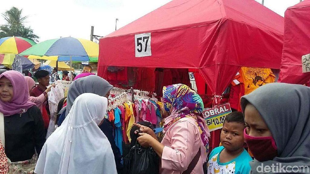 Libur Tahun Baru, PKL Depan Stasiun Tanah Abang Diserbu Pembeli