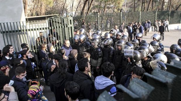 Khamanei Sebut Salah Urus Ekonomi Penyebab Krisis Iran