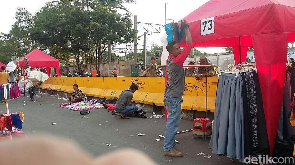 Bereskan Lapak, PKL Tanah Abang: Alhamdulillah Hasilnya Rp 2 Juta
