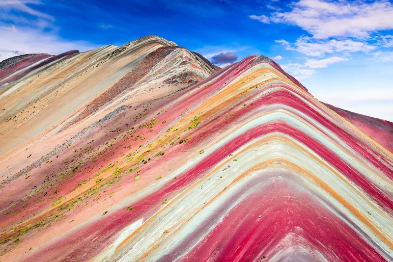 Vinicunca di Peru layak masuk daftar keajaiban di dunia. Pegunungan ini berwarna-warni layaknya pelangi (Thinkstock)
