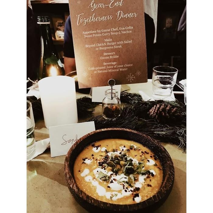Aktris 47 tahun ini tergabung dalam komunitas vegan. Dalam sebuah makan malam, Sophia menikmati sup ubi berbumbu kari yang dilengkapi nachos.Foto: Instagram sophia_latjuba88