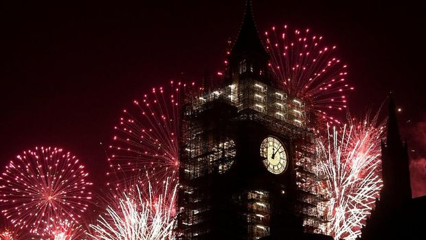 Fireworks explode behind the Elizabeth Tower, commonly known as Big Ben, during New Year's Eve celebrations in London, Britain, January 1, 2018.  REUTERS/Toby Melville