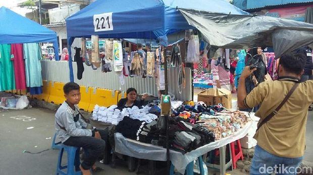 Libur awal tahun di 1 Januari 2018 dimanfaatkan para Pedagang Kaki Lima (PKL) depan stasiun Tanah Abang untuk berdagang.