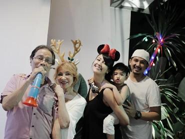 Beda lagi sama pasangan Ryan Delon dan Shareena. Mereka merayakan pergantian tahun bersama orang tuanya dan si kecil dong pastinya. (Foto: Instagram/mrssharena)
