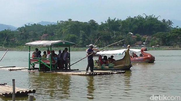 Ada pula perahu bambu