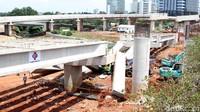 Sebanyak enam girder (balok di antara dua penyangga) untuk proyek pembangunan jalan tol Depok-Antasari (Desari) ambruk.