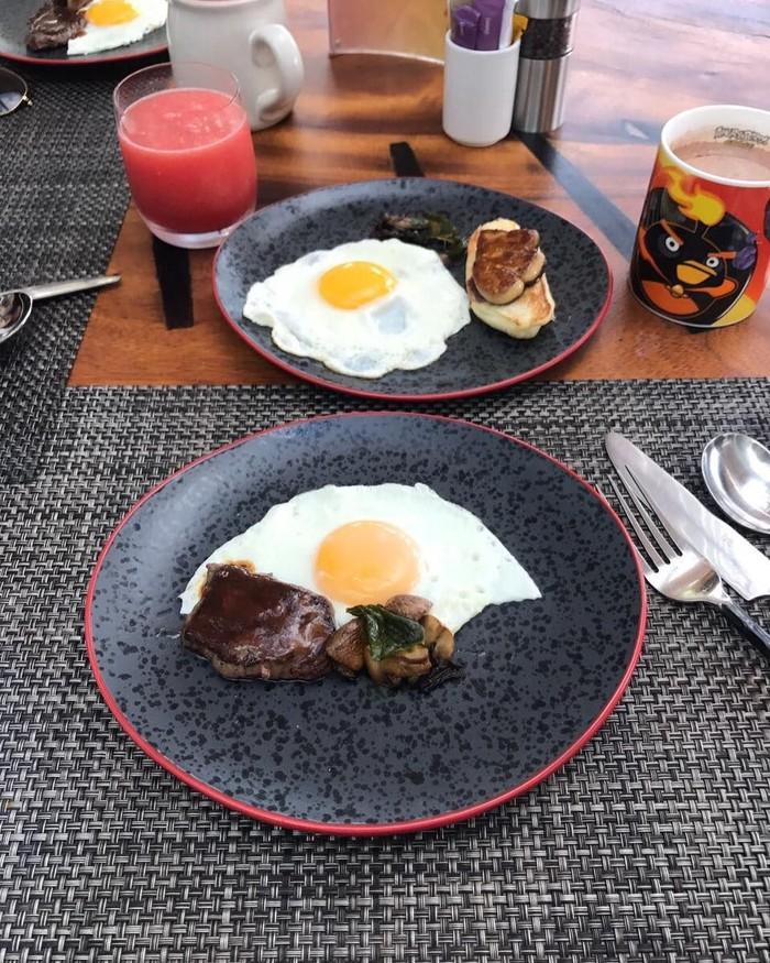 Sarapan bagai ratu, ibu 3 anak ini menikmati foie gras dengan paduan telur saat liburan di Bali. Foto: Instagram olla ramlan
