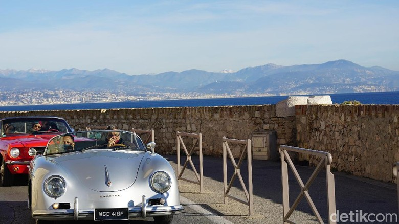 Naik mobil klasik keliling Nice sampai Antibes (Afif Farhan/detikTravel)
