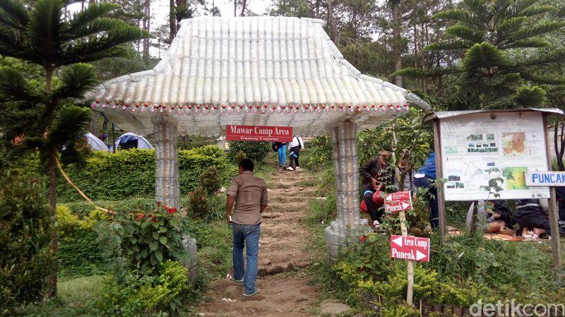 Suasana sejuk dari Gunung Ungaran masih menjadi magnet kuat untuk menarik traveler. Terbaru ada bangunan gapura unik yang terbuat dari botol bekas (Eko Susanto/detikTravel)