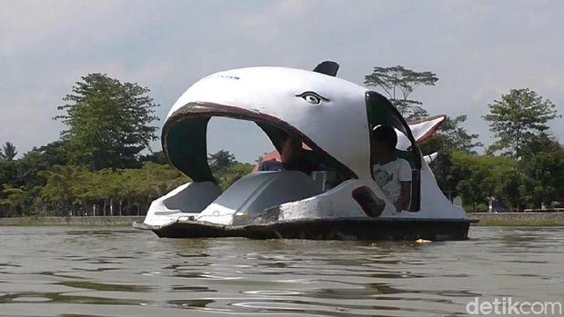 Permainan air berupa perahu kayuh