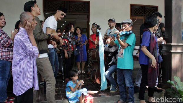 Tradisi ini menjadi acara kekeluargaan yang diwariskan leluhur Portugis sampai sekarang (Randy/detikTravel) foto5