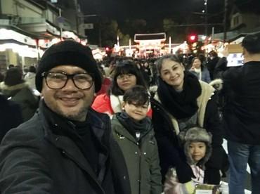 Mona Ratuliu menghabiskan tahun baru di tengah keramaian di Jepang bareng keluarga nih. (Foto: Instagram/monaratuliu)