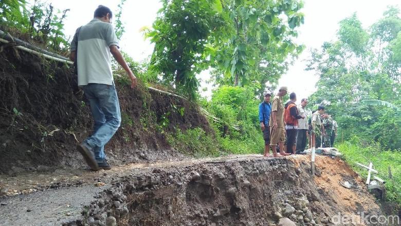 Hujan Semalaman, Jalanan Desa di Rembang Putus