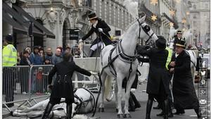 Kasihan, Seekor Kuda Pingsan di Parade Tahun Baru London