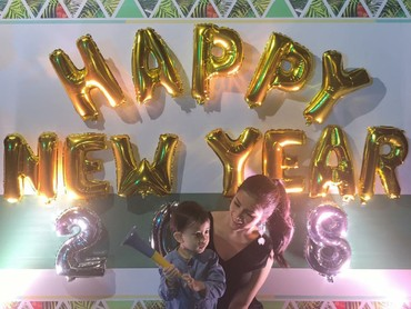 Kalau Cynthia Ramlan, adik dari Olla Ramlan, asyik merayakan tahun baru romantis bareng buah hatinya, Keanu. (Foto: Instagram/cynthiaramlan)