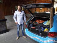 Bule yang Mobilnya Mogok di Surabaya, Mengaku Jatuh Cinta Pada Sate Ayam