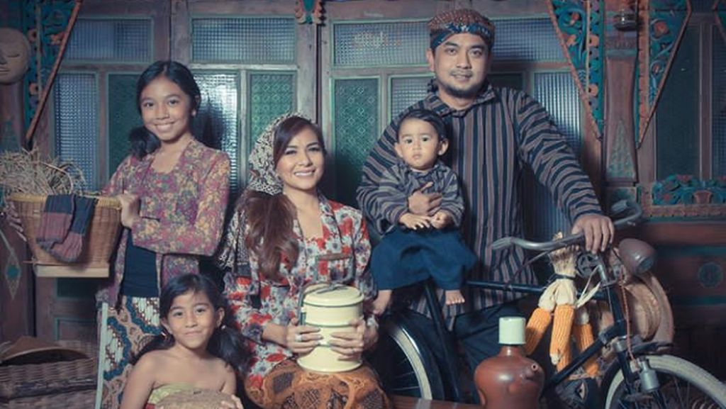Cantik dan Gantengnya Keluarga Meisya Siregar Pakai Baju Tradisional