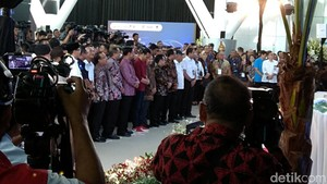 Berapa Harga Sneakers Merah yang Dipakai Jokowi?