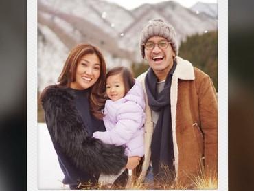 Dapat ucapan Selamat Tahun Baru nih, Bun, dari Ayah Ruben, Bunda Sarwendah, dan si kecil Alia. (Foto: Instagram/sarwendah02)