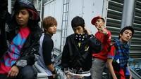 Ini penampilan BIGBANG pada tahun 2007. Di tahun ini, lagu Lies milik boyband dengan lima member itu terjual 87 ribu kopi yang membuat BIGBANG mulai disorot. Tahun ini juga mereka mendapat penghargaan sebagai Best Male Group. Mereka masih imut banget ya?