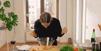 Jijik! Wanita Ini Mengunyah Bahan Makanan Saat Memasaknya